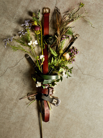 Ramo de flores sobre el suelo atado con un cinturón