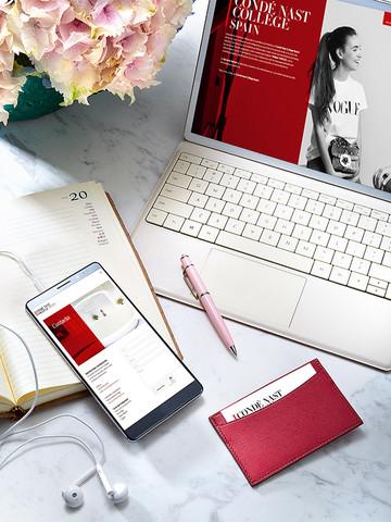 Bodegón de dispositivos tecnológicos con los colores corporativos de Condé Nast