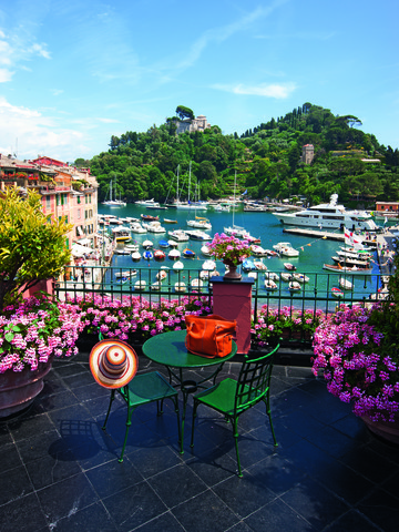 Terraza con mesa y sillas con vistas al puerto
