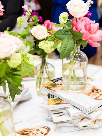 Mesa con flores y revistas