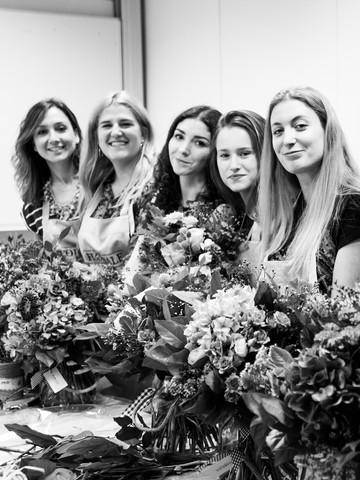Alumnas del diploma asistiendo a un taller floral