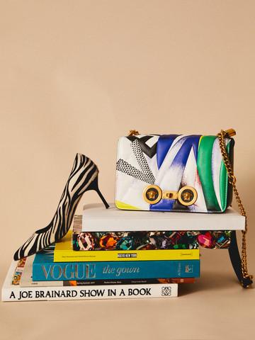 Bodegón con libros de moda, un bolso y un zapato de tacón